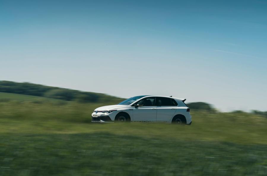 18 Volkswagen Golf GTI Clubsport 45 2021 UE FD sur le côté de la route
