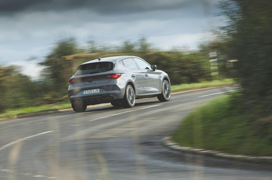Cupra Leon 2020 LHD : premier bilan de la conduite au Royaume-Uni - l'arrière en virage