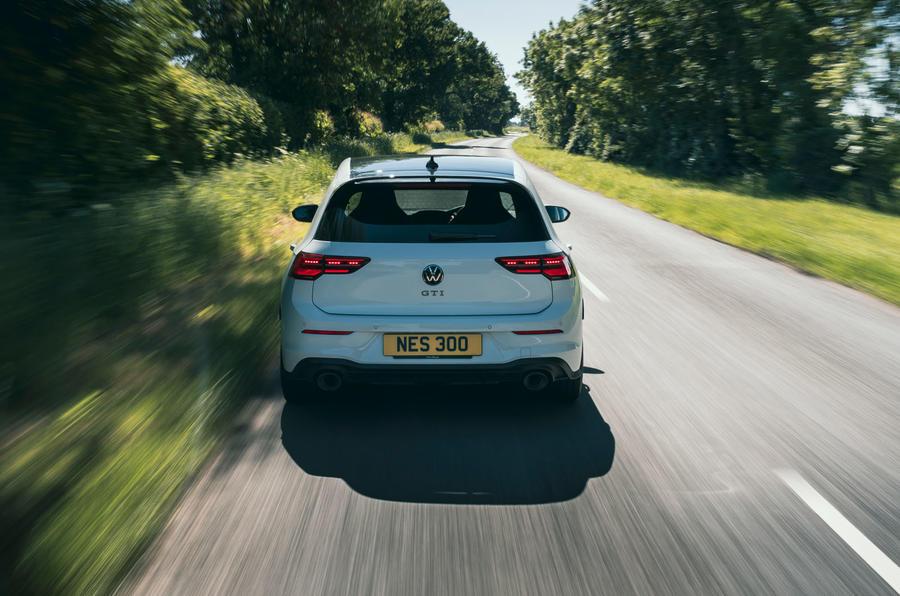 19 Volkswagen Golf GTI Clubsport 45 2021 UE FD à l'arrière de la route