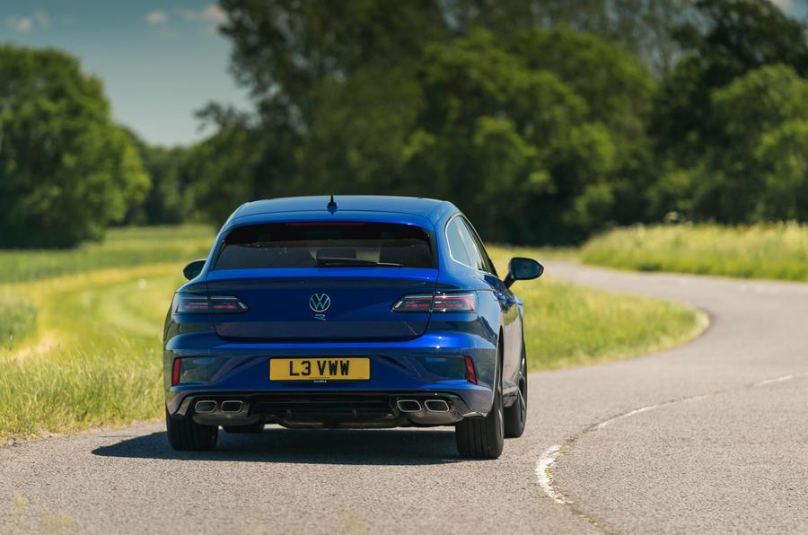 19 VW arteon R Shooting Brake 2021 UE FD sur route arrière