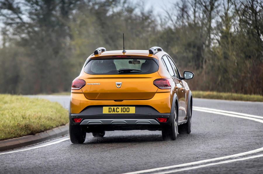 20 Dacia Sandero Stepway 2021 Premier examen de conduite sur l'arrière de la route au Royaume-Uni