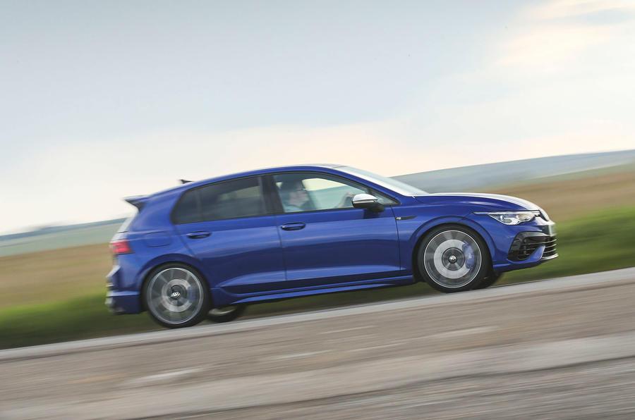 20 Volkswagen Golf R performance pack 2021 UE FD sur le côté de la route