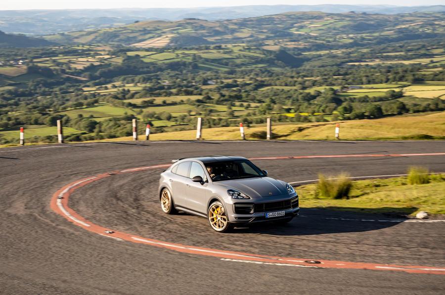 26 Porsche Cayenne Turbo GT 2021 UE FD avant en virage