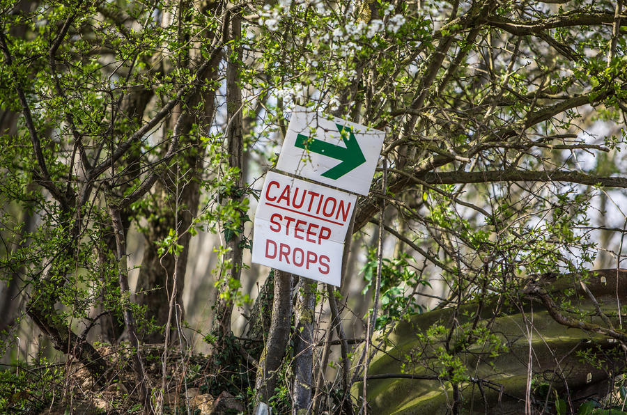 Caution steep drops signs