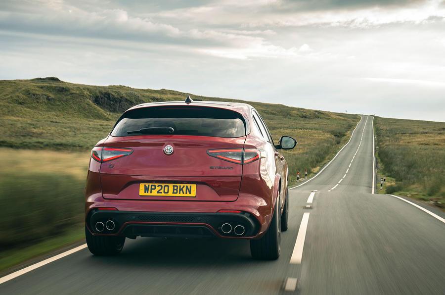 Alfa Romeo Stelvio Quadrifoglio 2020 : premier bilan de conduite au Royaume-Uni - le héros à l'arrière