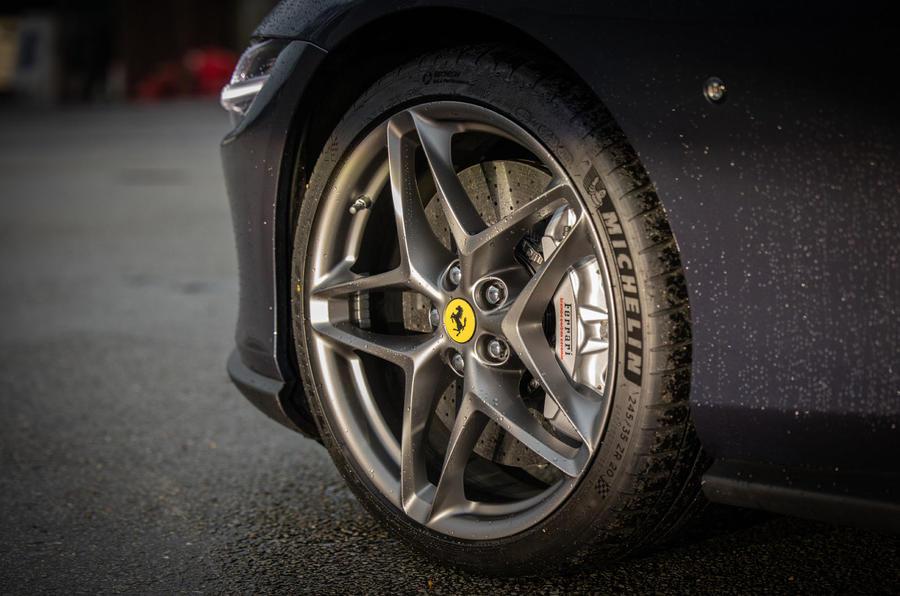 Ferrari Roma 2021 : premier examen de conduite au Royaume-Uni - roues en alliage