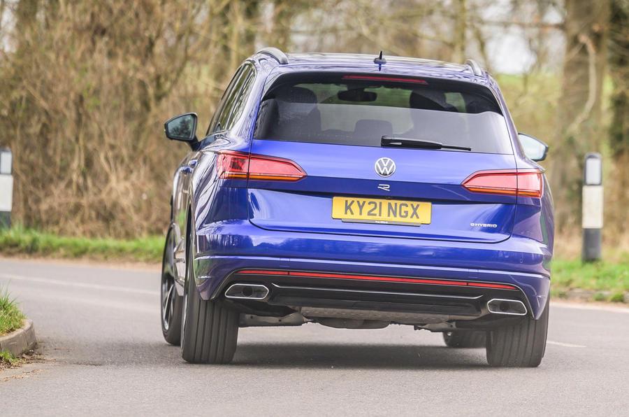 3 Volkswagen Touareg R eHybrid 2021 UE : essai de conduite, arrière du héros.