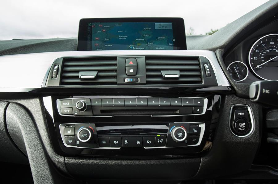 BMW 318i Sport iDrive infotainment