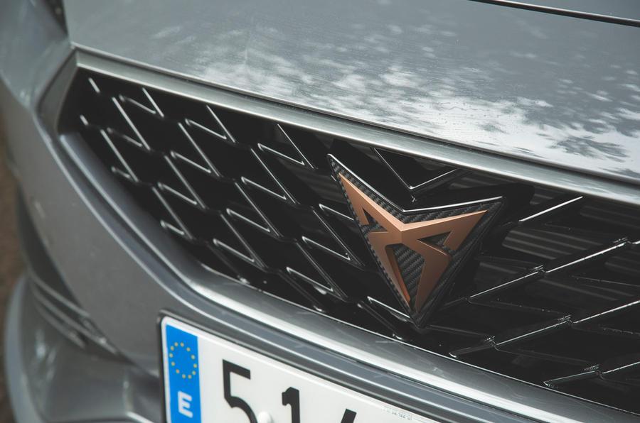 Cupra Leon 2020 LHD : premier examen de conduite au Royaume-Uni - badge du nez