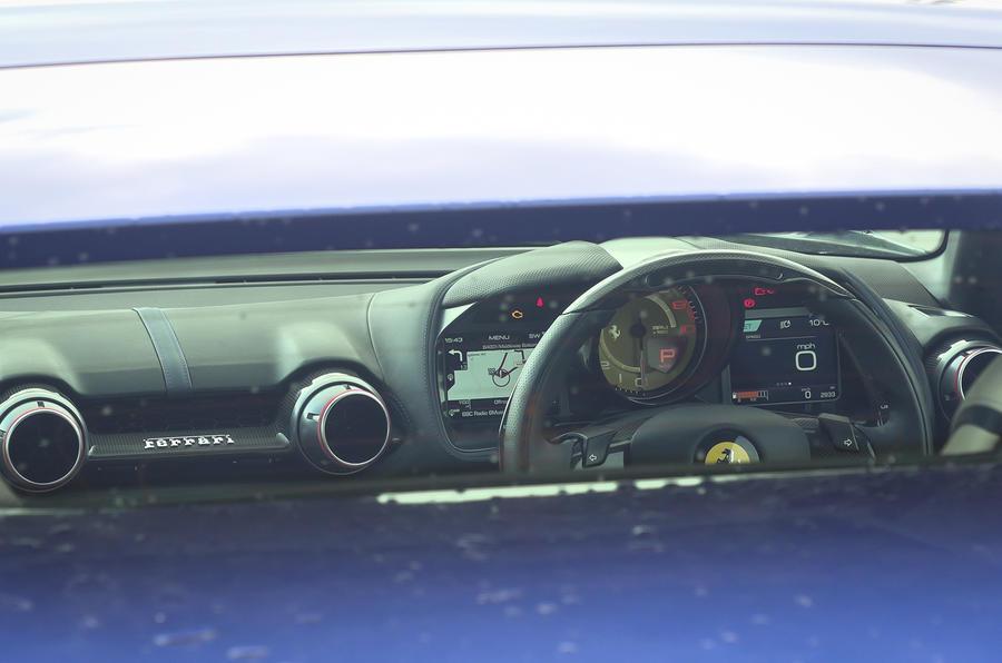 Ferrari 812 GTS 2020 : premier bilan de conduite au Royaume-Uni - lunette arrière
