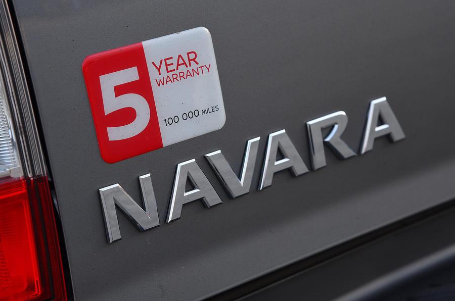 Nissan Navara 2020 : premier examen de conduite au Royaume-Uni - badge arrière