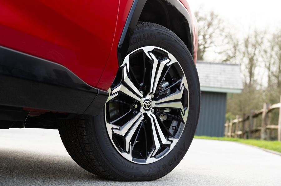 4 Toyota RAV4 PHEV 2021 : premier examen de la conduite des roues en alliage au Royaume-Uni