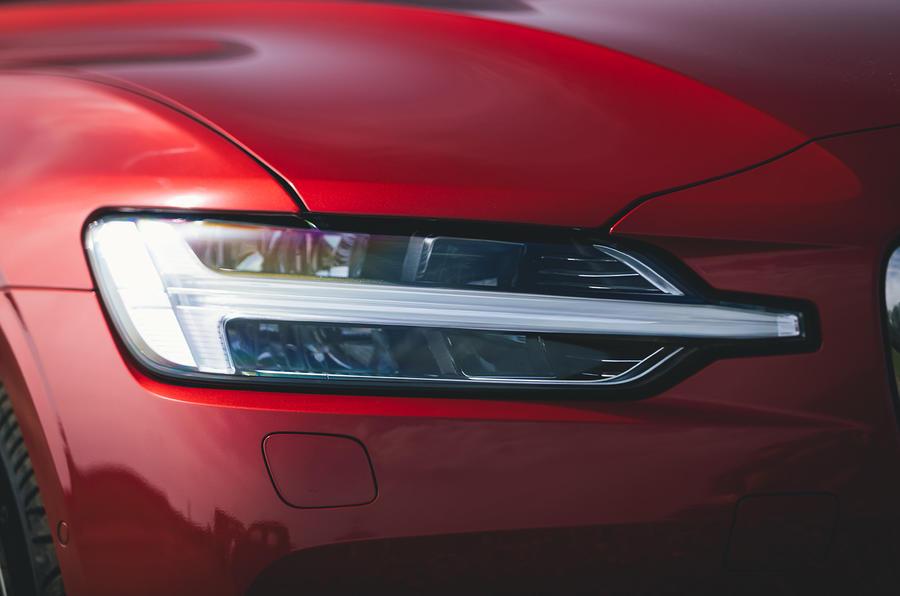 4 Volvo V60 B3 Momentum 2021 UE : essai de conduite, phares.