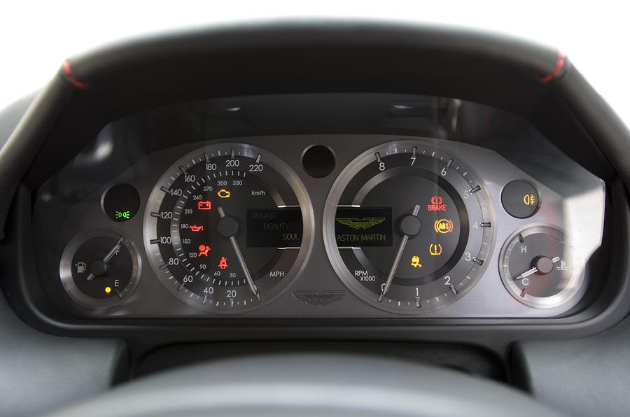 Aston Martin V8 Vantage 2005 - dials