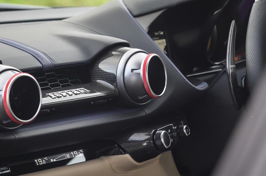 Ferrari 812 GTS 2020 : premier examen de conduite au Royaume-Uni - console centrale