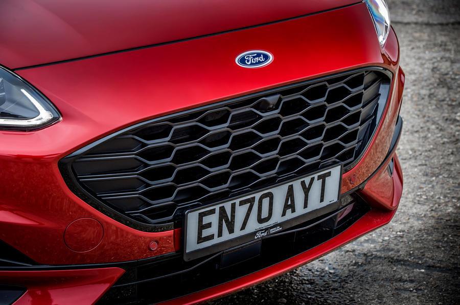 5 Calandre du Ford Kuga FHEV 2021 UE FD