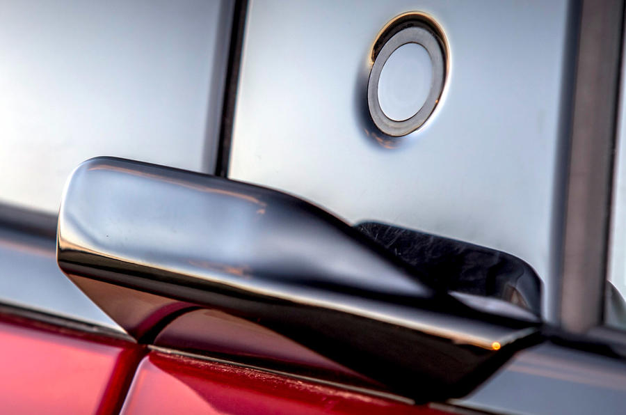 5 Ford Mustang Mach E 2021 : premier essai au Royaume-Uni - boutons de porte