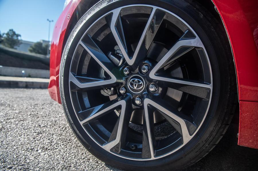 Toyota Corolla hybrid hatchback 2019 đánh giá ổ đĩa đầu tiên - bánh xe hợp kim