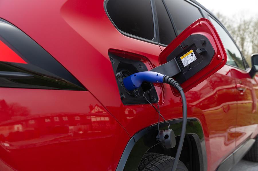 5 Toyota RAV4 PHEV 2021 : le premier port de recharge du Royaume-Uni