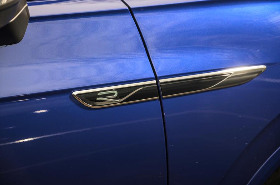 5 Volkswagen Touareg R eHybrid 2021, premier essai au Royaume-Uni - badge latéral