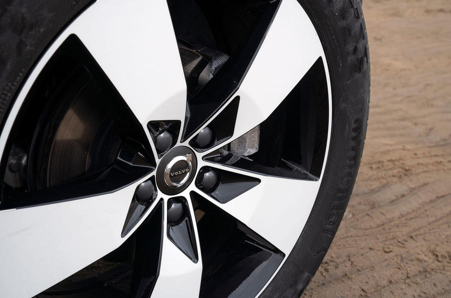 volvo-xc40-2018-uk-fd-wheel