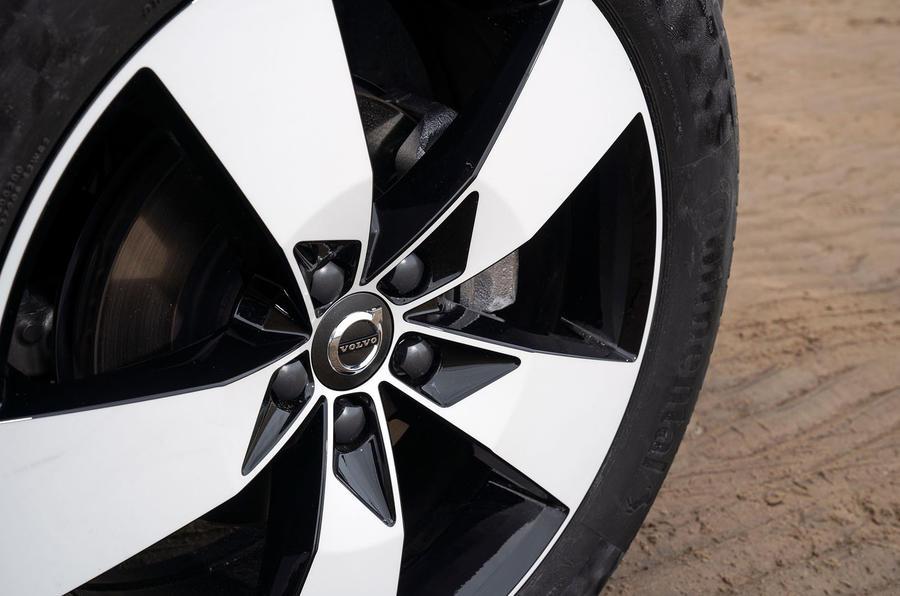 volvo-xc40-2018-uk-fd-wheel