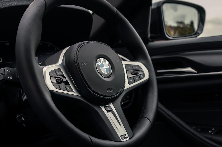 6 BMW Série 5 Touring 530d 2021 UE FD volant