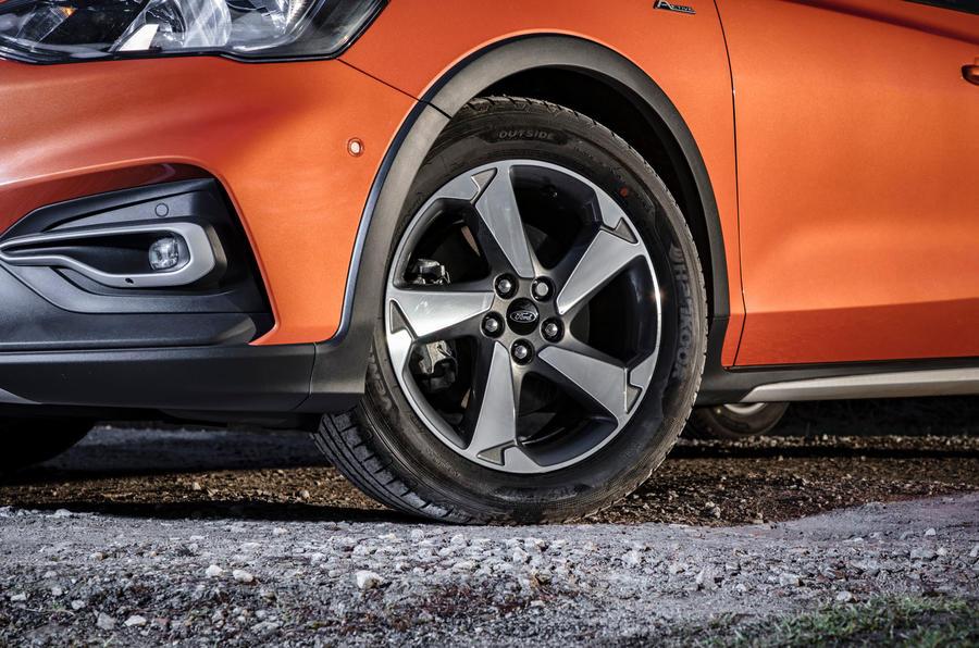 Đánh giá ổ đĩa đầu tiên của Ford Focus Active 2019 - bánh xe hợp kim