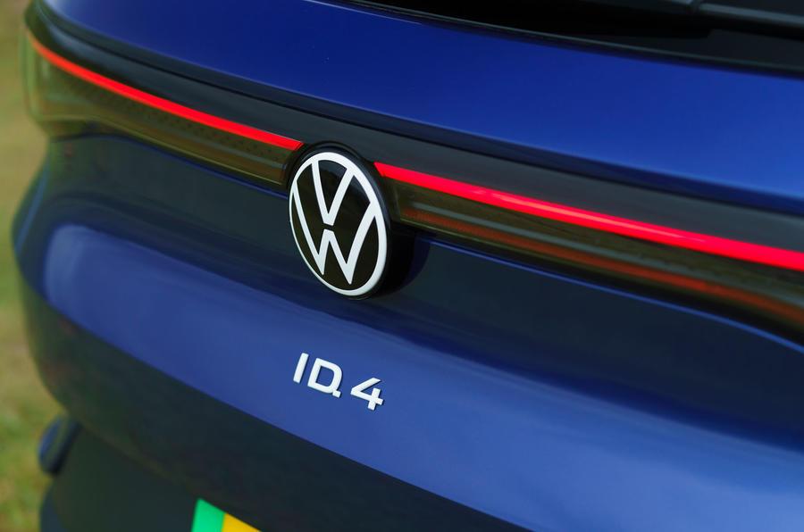 6 Volkswagen ID 4 2021 UE : essai de conduite en première mondiale - badge arrière