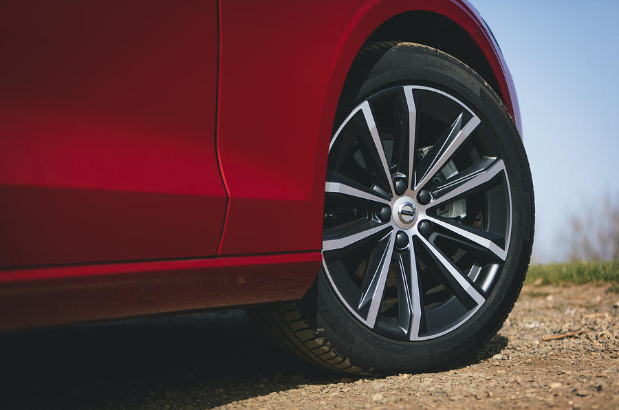 6 Volvo V60 B3 Momentum 2021 UE premier essai essai roues en alliage
