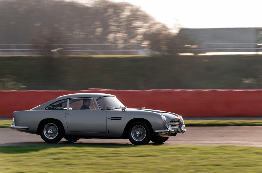 Aston Martin DB5 - tracking side