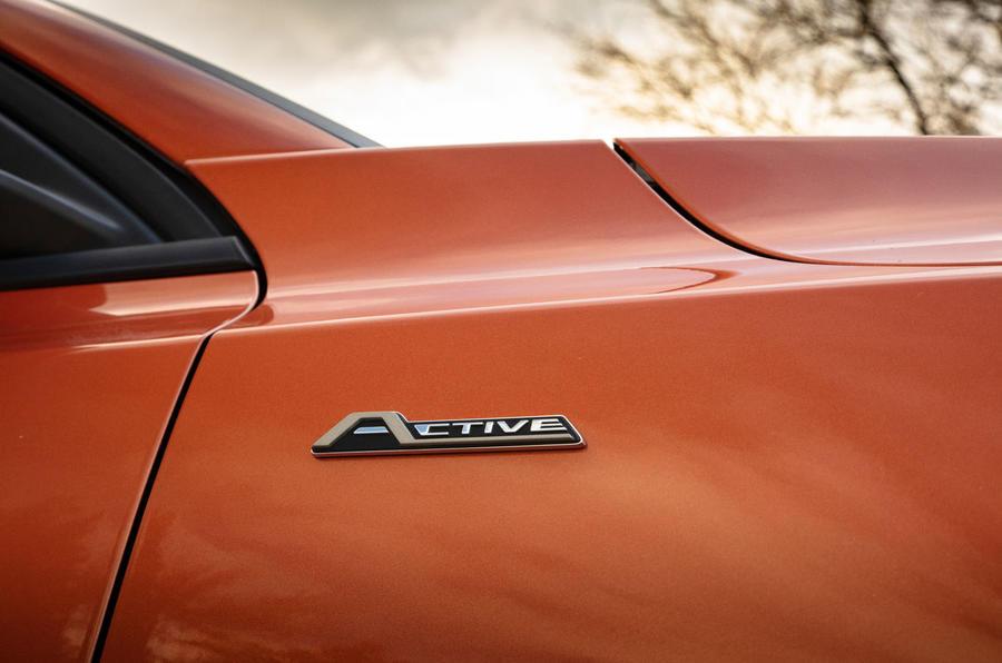 Đánh giá ổ đĩa đầu tiên của Ford Focus Active 2019 - huy hiệu cánh