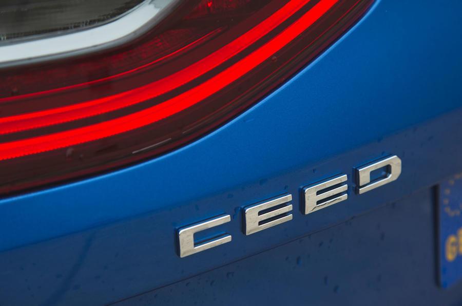 Đánh giá dài hạn của Kia Ceed 2018 - huy hiệu khởi động