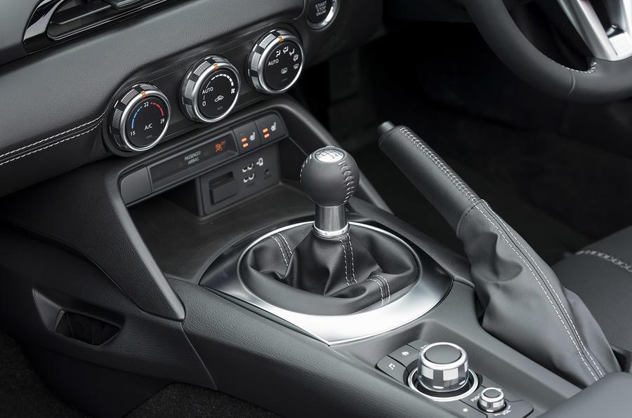 Mazda MX-5 2.0 Sport Tech 2020 : premier bilan de la conduite au Royaume-Uni - levier de vitesse