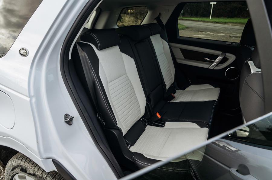 8 Land Rover Discovery P300e 2021 UE FD sièges arrière