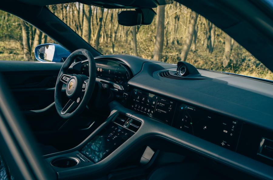 8 Porsche Taycan Cross Turismo 2021 cabine à gauche