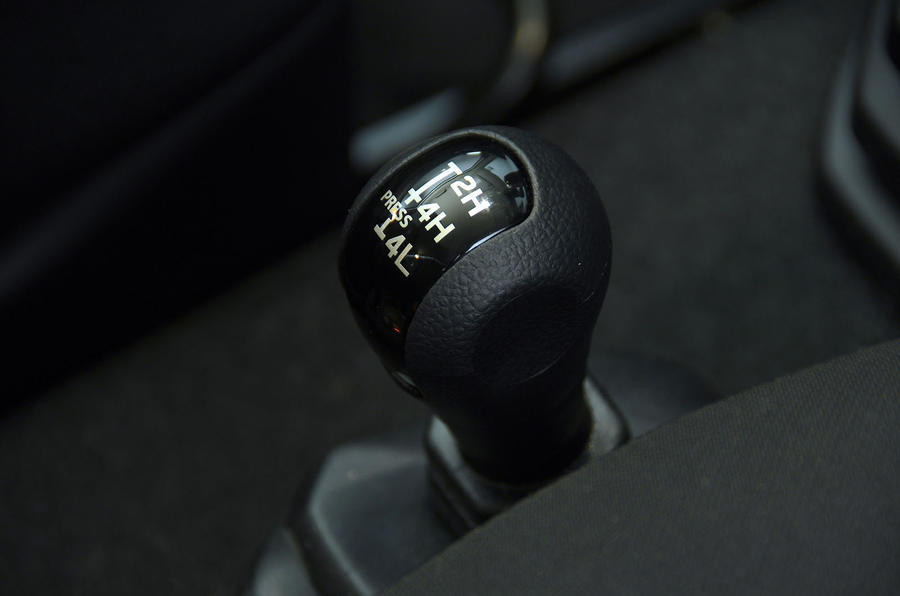 Suzuki Jimny 2018 UK first drive review - gearstick