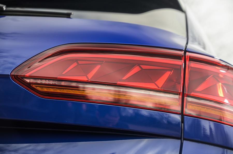 8 Volkswagen Touareg R eHybrid 2021 : premier essai au Royaume-Uni - Feux arrière