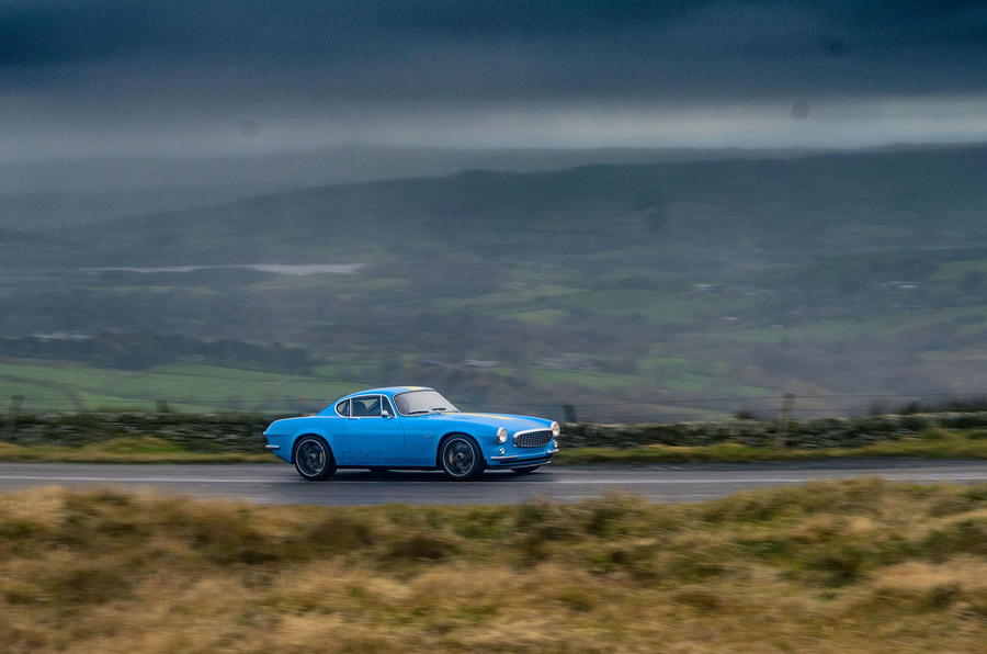 Cyan Volvo P1800 drive - on the road side