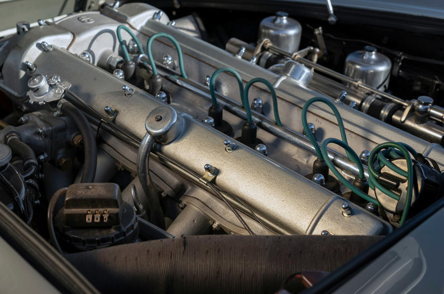 Aston Martin DB5 - engine