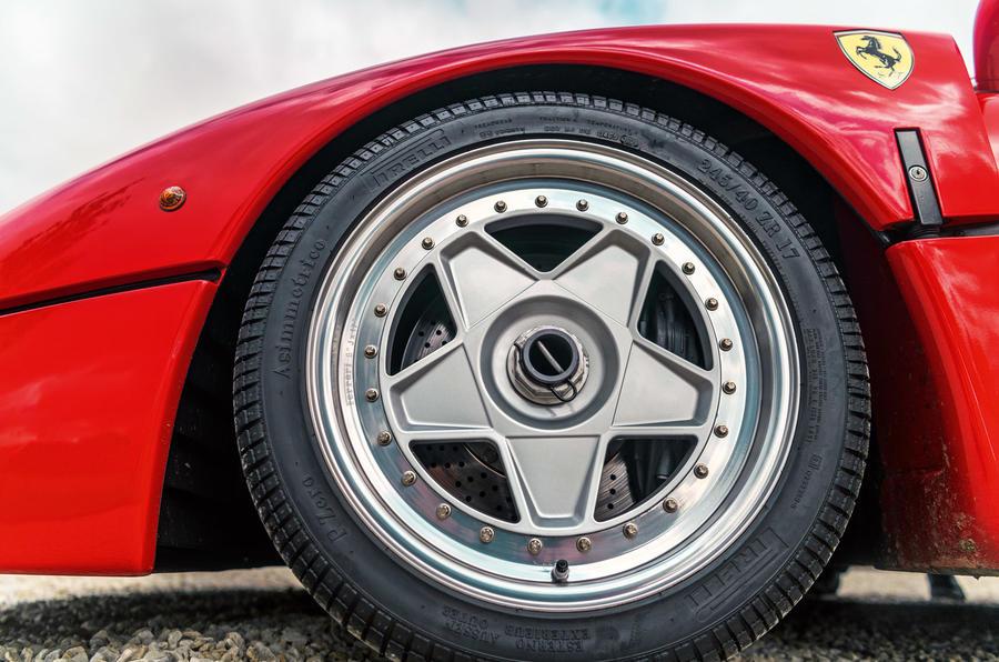 Ferrari F40 - wheel