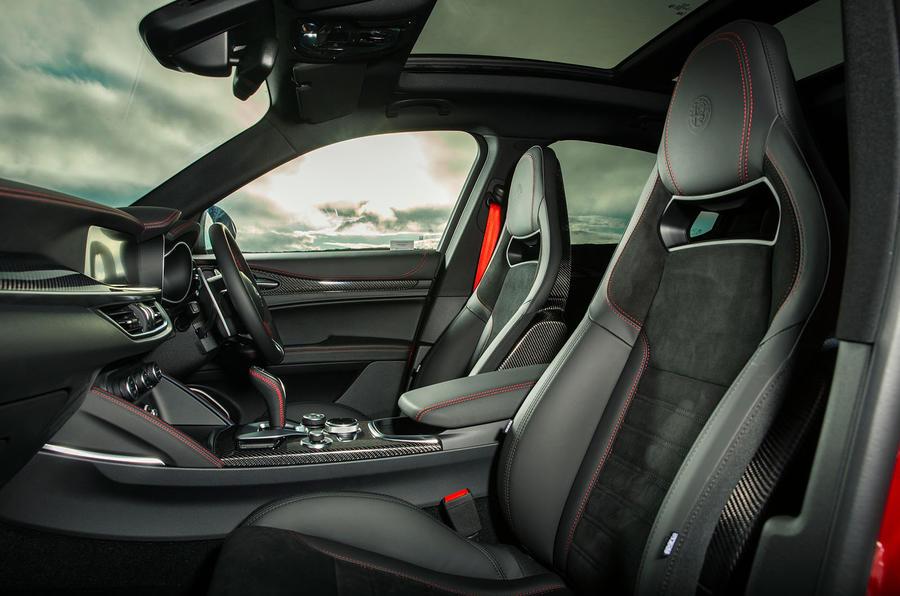 Alfa Romeo Stelvio Quadrifoglio 2020 : premier bilan de la conduite au Royaume-Uni - sièges avant