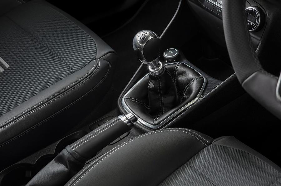 Ford Fiesta EcoBoost mHEV 2020 : premier examen de la conduite au Royaume-Uni - levier de vitesse