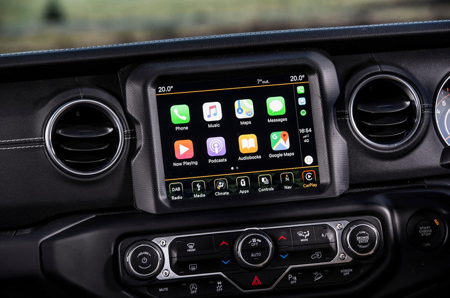 Jeep Wrangler 2019 UK first drive review - infotainment carplay