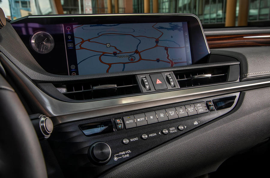 Lexus ES 300h 2018 review infotainment Sat-Nav