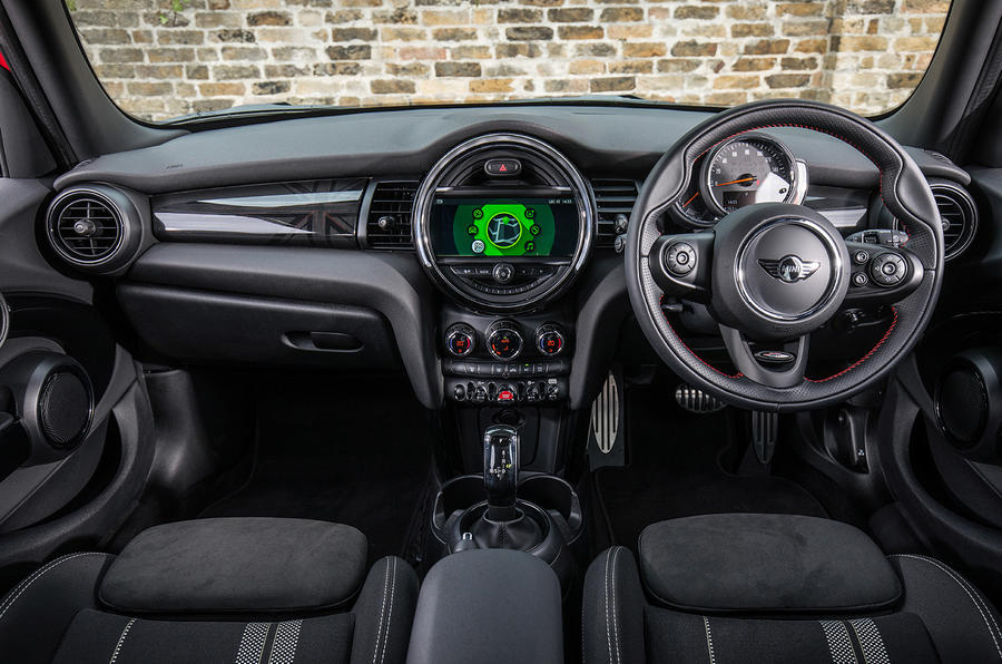 Mini Cooper 5dr 2018 UK review cabin