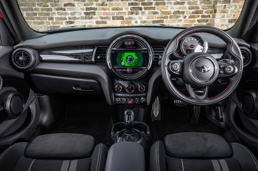 Mini Cooper 5dr 2018 UK review cabin