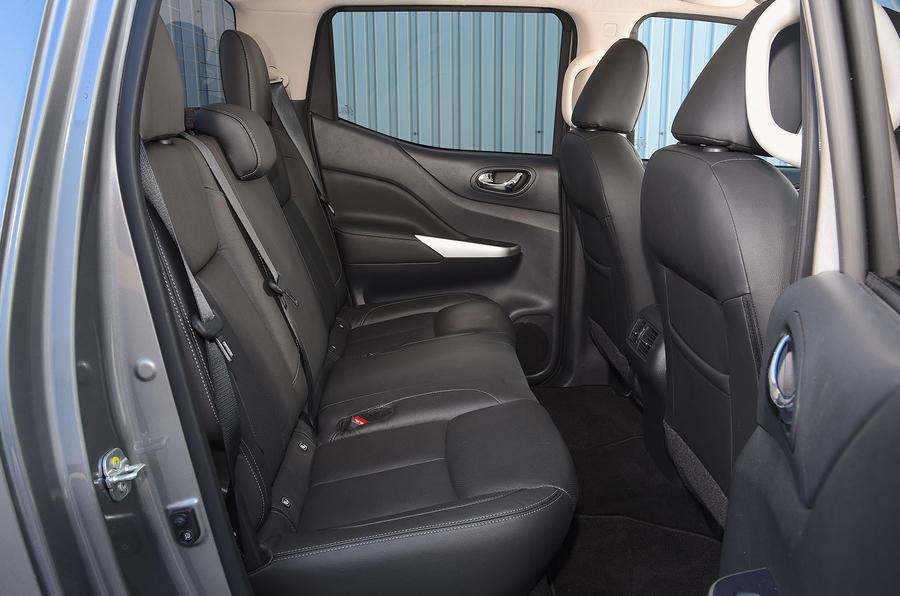 Nissan Navara 2020 : premier bilan de conduite au Royaume-Uni - sièges arrière