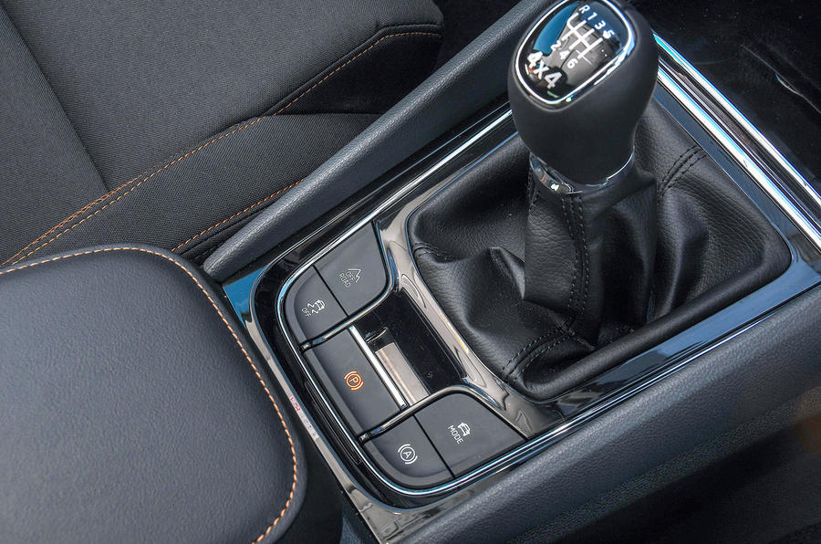 Skoda Karoq Scout 2019 first drive review - gearstick