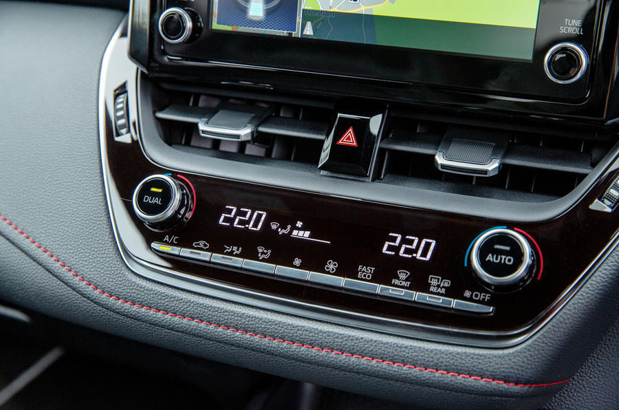Toyota Corolla hatchback 1.8 hybrid 2019 UK review - climate controls